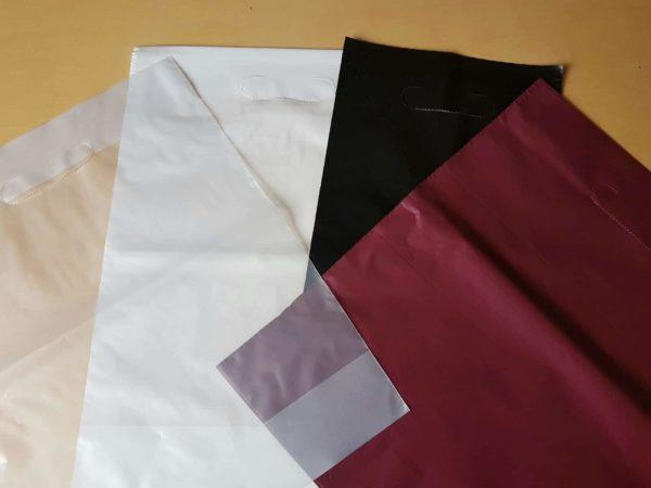 Sujetando una bolsa con asa troquel de colores