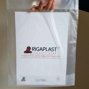 Sujetando una bolsa con asa troquel y logo rigaplast